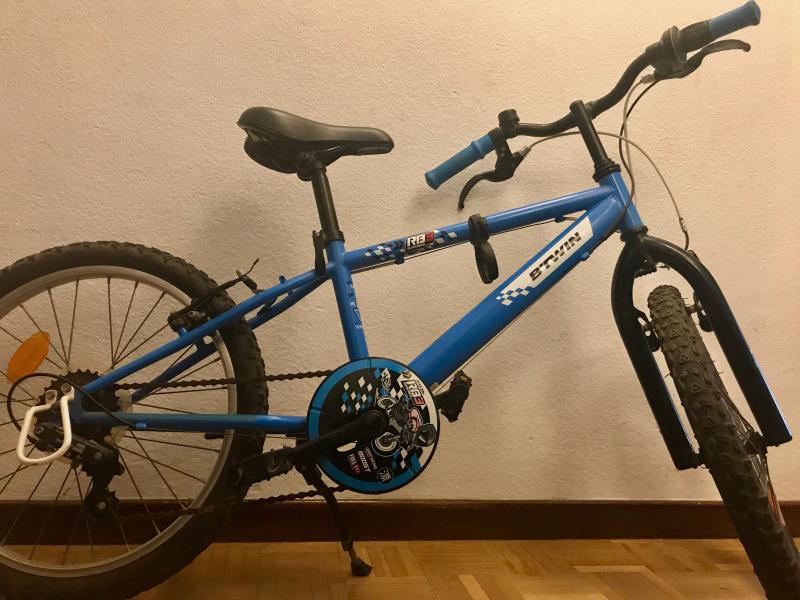 Bicicleta B'TWIN Decathlon  de 20 pulgadas. Modelo: RacingBoy 3 azul. 5 marchas, usada pero en buen estad